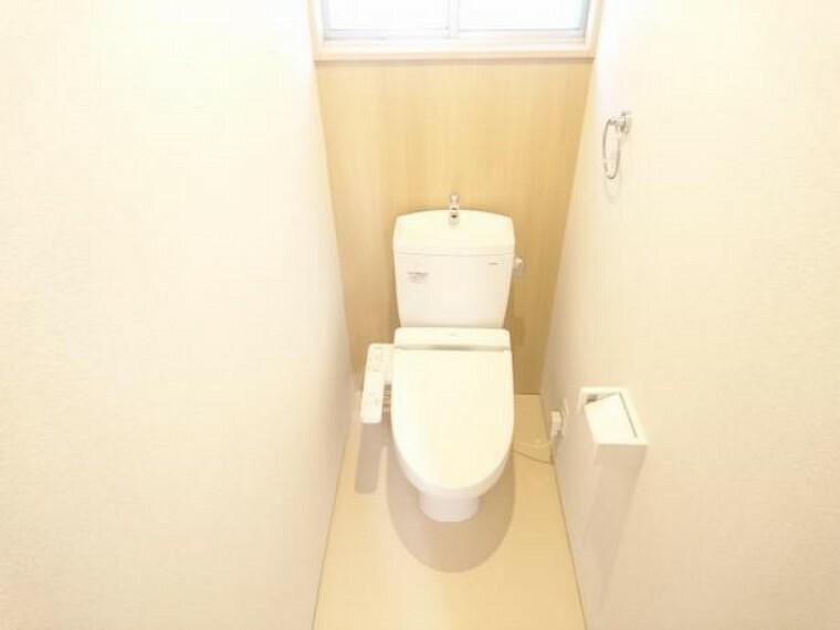 トイレ 【同仕様写真】TOTO製の温水洗浄付便器に交換予定。従来に比べ約67%節水できる「節水ウォシュレット」防汚効果の高い樹脂を採用した「クリーン便座」汚れを弾く効果もあるのでお手入れ楽々ですよ。