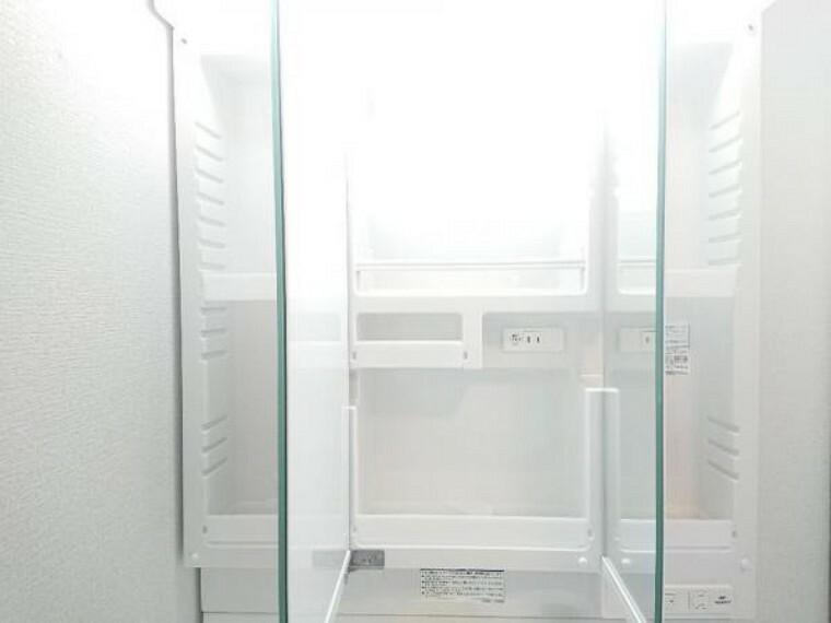 【同仕様写真】新品交換予定の洗面台には三面鏡が付いています。鏡の裏の収納は、3cm刻みでトレーの高さが変えられるのでたっぷり収納ができます。LED照明付きで明るく使いやすい洗面台です。