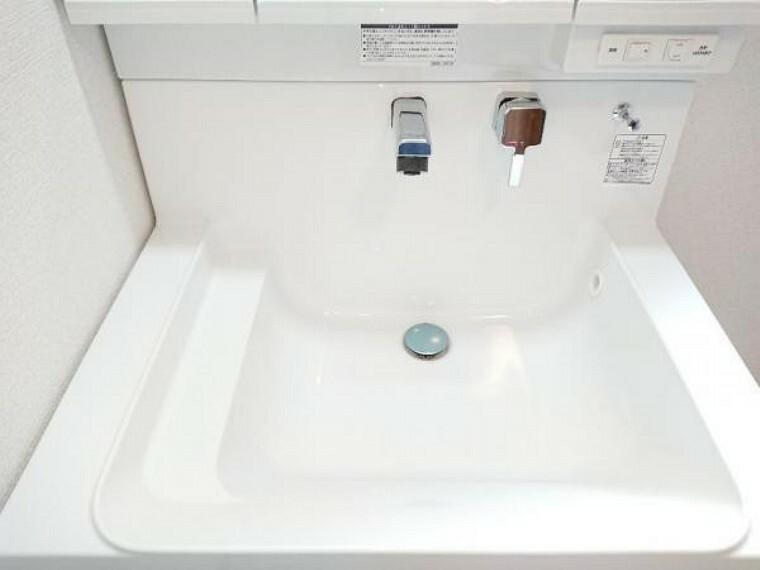 【同仕様写真】新品設置予定の洗面台のボウル部分です。洗い場の淵にアラウンドステップを設けることで物が滑り落ちるのを防止できます。広く平らな底面なので付け置き洗いにも便利です。
