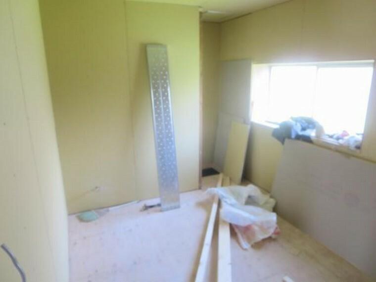 【リフォーム中/洋室】北側の洋室6帖です。床はフローリング張り、天井と壁はクロス貼替、またクローゼットを新設していきます。