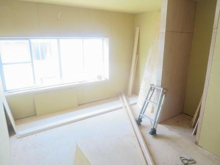 【リフォーム中/洋室】北西側のお部屋を和室から洋室に変更しています。床をフローリング張りにし、天井と壁をクロス貼りにしていきます。