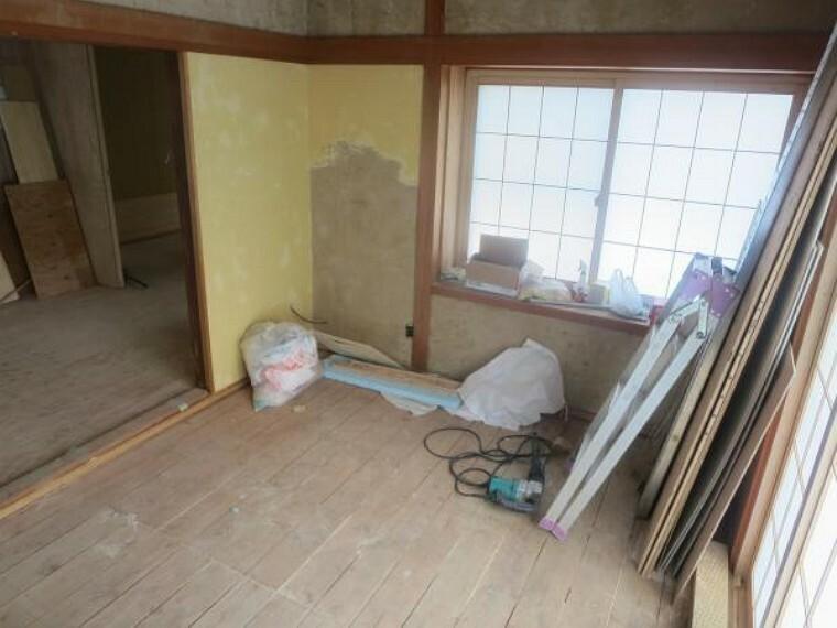 【リフォーム中/和室】南西側の和室は畳を表替え、壁と天井のクロス貼替を行います。