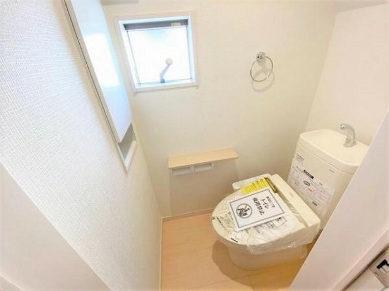 トイレ トイレは1階と2階の2か所に設置しております!どちらも節水省エネ使用のシャワートイレを採用しており、バリアフリーに配慮して便座から立ち上がりやすい手すり付き!
