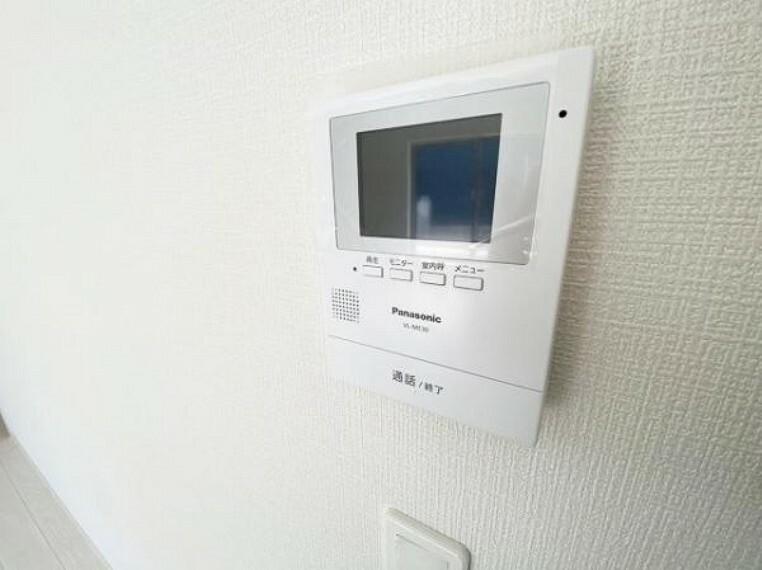 TVモニター付きインターフォン 玄関の子機にカメラが付いており、来訪者の顔を確認できるため、音声だけの対応とは安心感が違いますね!