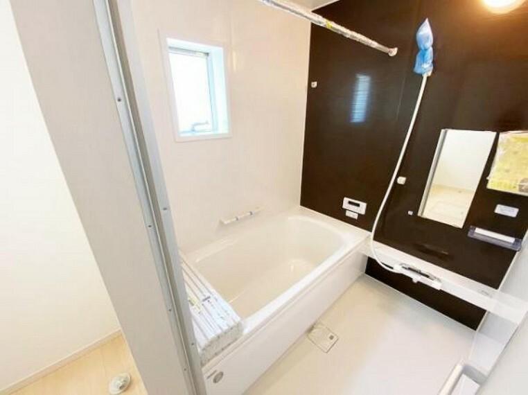 浴室 ゆったり入れる1坪サイズのゆとり空間。バリアフリー設計に手すり付きなので、お子様が小さい時も、老後も安心できる浴室です。収納棚も取り外しができ、お手入れ楽々!