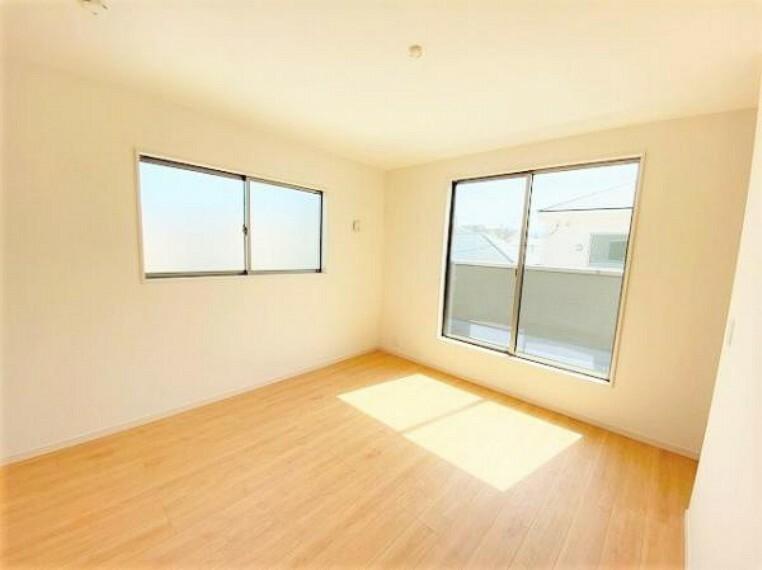 洋室 こちらのお部屋はバルニコーに面しており、日当たり、通風ともに良好です!お布団などもサッと干せて便利ですね!