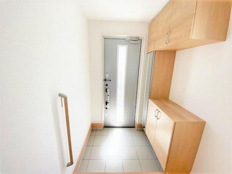 玄関 玄関には二重のディンプルキータイプの鍵を、さらにバールなどでこじ開けられにくい鎌デッド錠やサムターン回し防止タイプを採用!