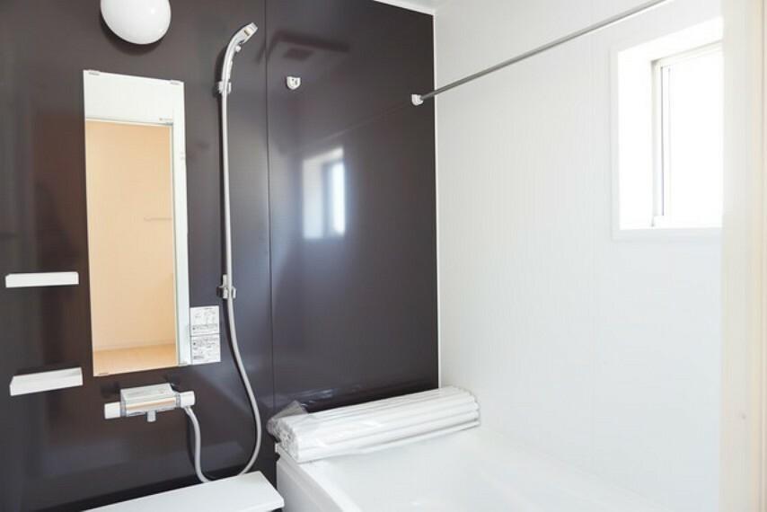 浴室 同仕様写真。洗い場の床は、乾きやすく、滑りにくい快適仕様、水はけが良く、カビの発生を軽減できます。浴槽内ステップで半身浴や親子入浴もたのしめます。