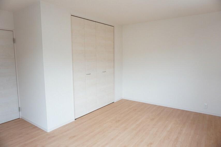 寝室 同仕様写真。住む人のこだわりを活かす洋室^^寝室としての利用もおすすめ。広めのクローゼットもあり荷物もすっきり片付けられ、ゆとりのある暮らしが出来ます^^