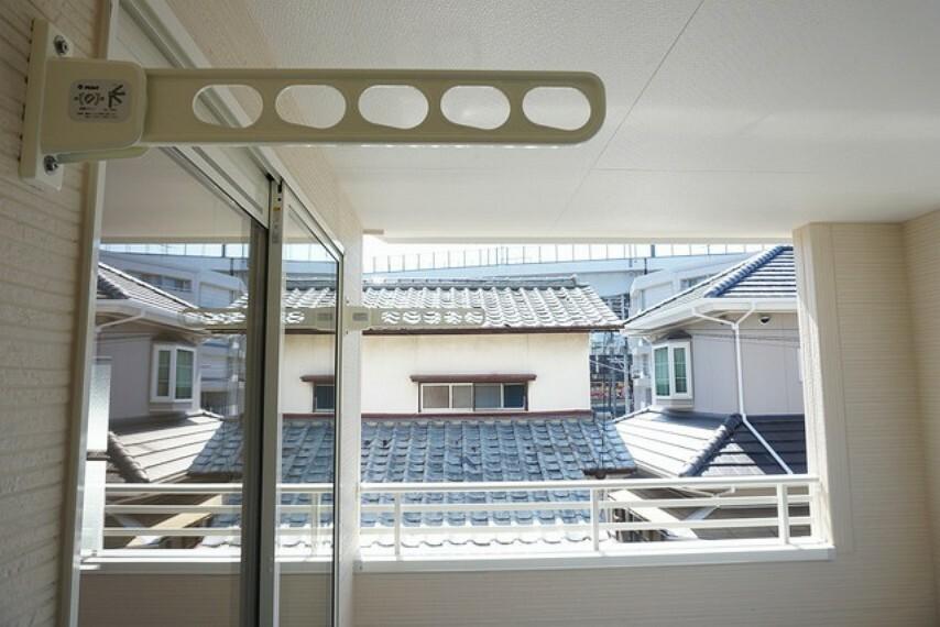 バルコニー 同仕様写真。幅広のインナーバルコニーは洗濯物を守りやすく、眩しすぎる日差しも和らげます。