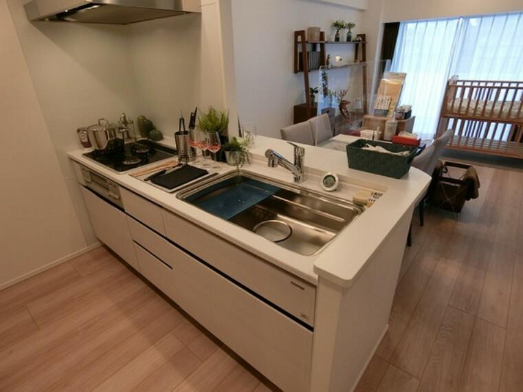 キッチン リビングが見渡せる対面式キッチンです。お料理しながら、会話が楽しめます。