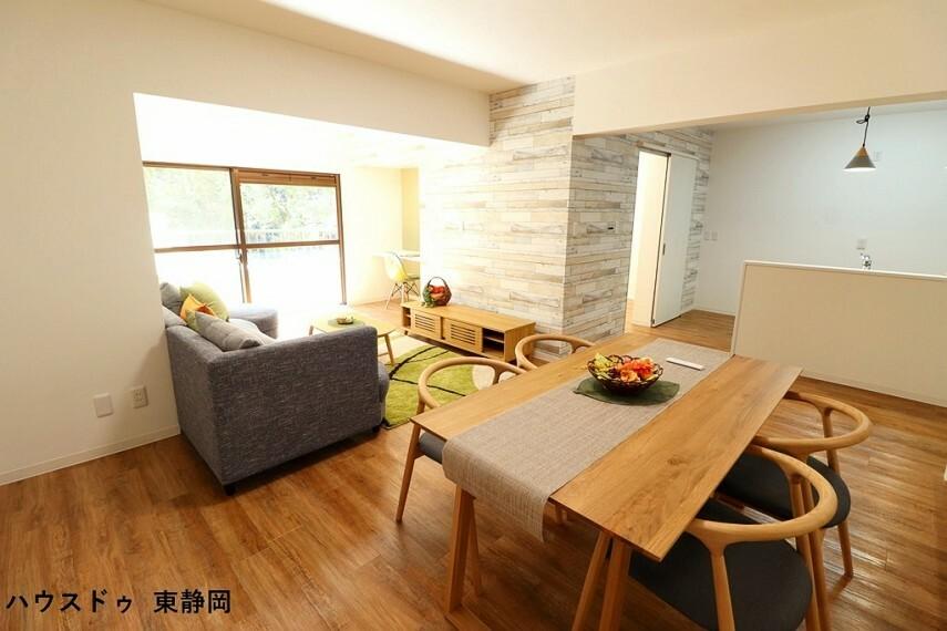 居間・リビング 約20.02帖のLDK。天井や壁紙・仕切り壁等にこだわり、お洒落な空間になっています。嬉しい家具付き