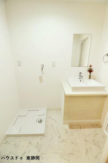 洗面化粧台 洗面所は白が基調のため明るく清潔感がありますね