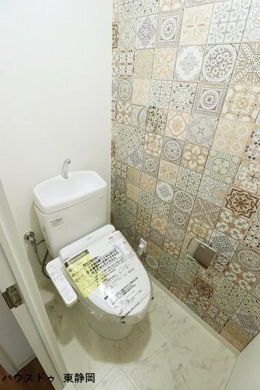 トイレ アクセントクロスがお洒落なトイレ 大人も子どもも快適な自動温洗浄便座機能付きです。