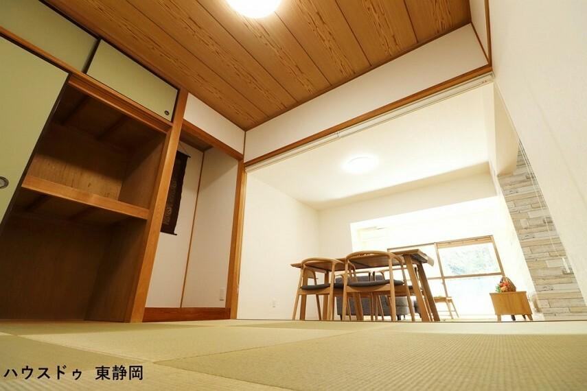 和室 約4.5帖和室。ロールカーテンでリビングと仕切ることができます。