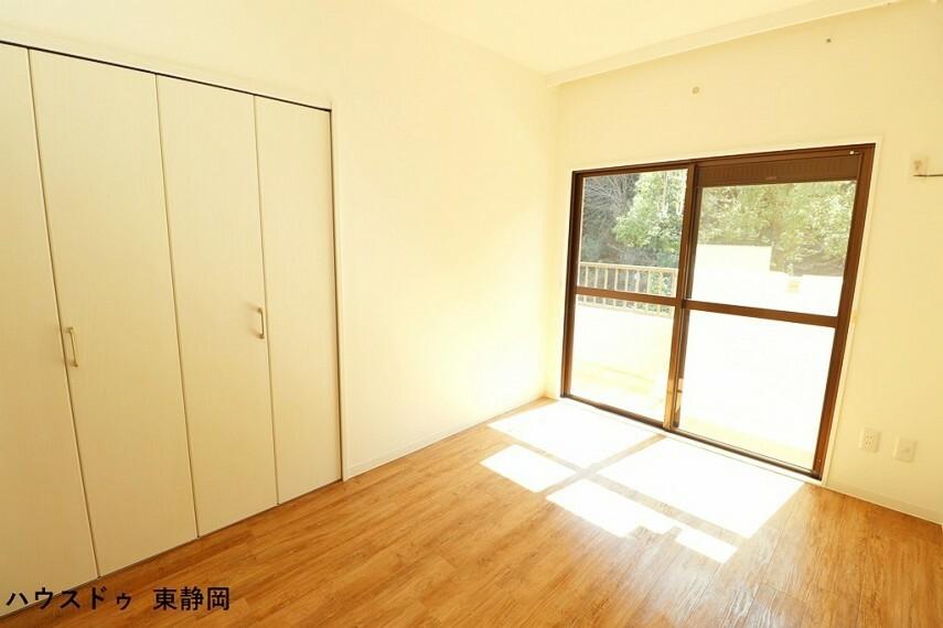 洋室 約5.57帖洋室。バルコニーに面した大きな窓があるため、室内に明るい光が差し込みます。