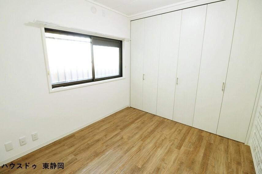 洋室 約5帖洋室。収納力たっぷりなクローゼットが付いてるので、収納もたくさん出来てスッキリしますね