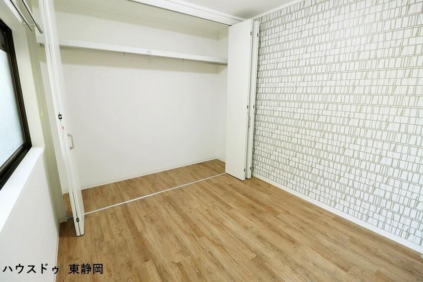 洋室 アクセントクロスが印象的な約5帖の洋室。子供部屋や書斎にいかがでしょうか?