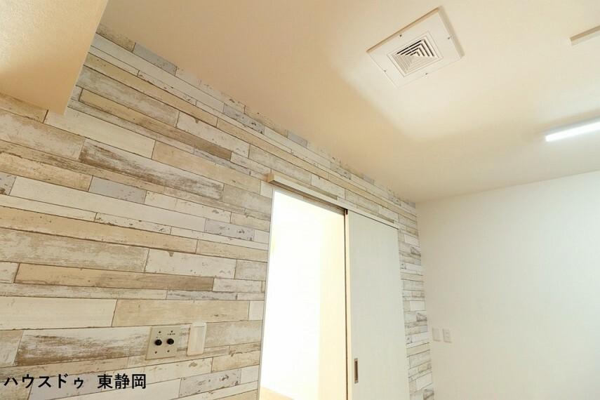 壁面にラジオのつまみが備え付けで設置されています キッチンの天井にスピーカーがあるので、お料理をしながら楽しめますね