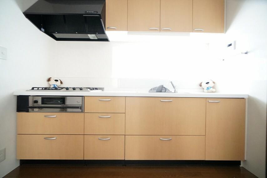 キッチン 収納力に優れたキッチン。ご家族分の食器は片付けるのも保管するのも一苦労ですが、 収納スペースがたくさんあるのでとても便利です!