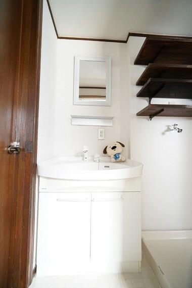 洗面化粧台 毎日の身だしなみチェックに欠かせない洗面所は、清潔感の溢れるデザイン。 朝も夜も、鏡に映る自分を見て「今日も頑張ろう!」と思いたいですね