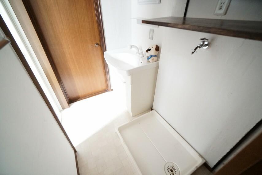 洗面化粧台 明るく清潔感のある洗面所は機能性に富んだ洗面台と採光窓が特徴です。 通気性もよく、洗濯置き場も完備し、家事動線も配慮されたデザインになっています。