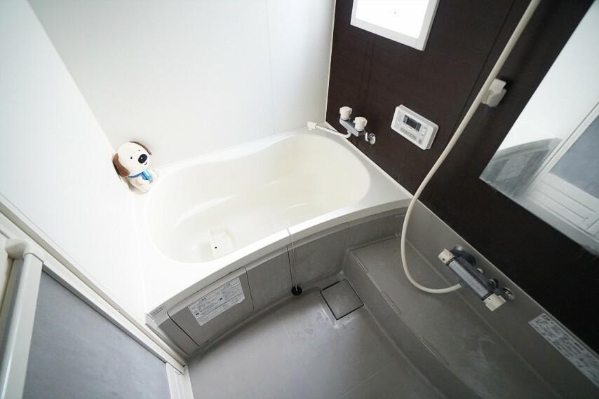浴室 シックで落ち着きのあるカラーが魅力的な バスルームです。 この空間で一日の疲れを癒して頂きたいという思いが 込められています! 毎日のバスタイムを少しでも特別な時間に。