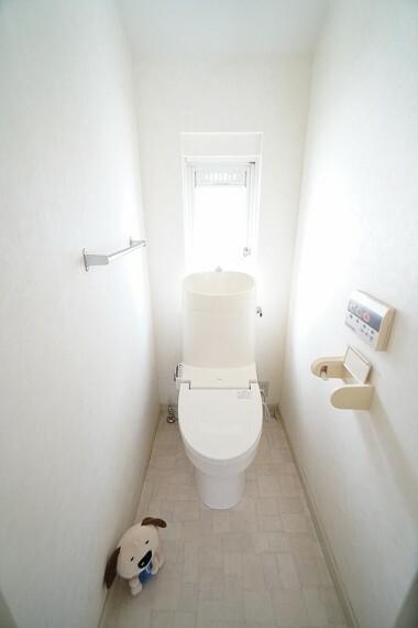 トイレ 白を基調としたシンプルながらも落ち着くデザイン。 洗浄付き便座で機能性も兼ね備えています。 毎日に欠かせないお手洗いだからこそ、 ほっと落ち着く空間としての機能を重視しています。
