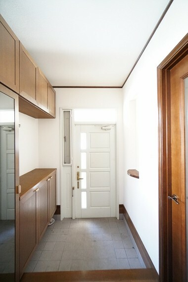 玄関 上品な玄関です。 家族や来客をお出迎えする玄関は、 家の顔と言っても過言ではありません。 シンプルな仕様になっているので、 お花などで自分好みにレイアウトしてみるのも いいですね!