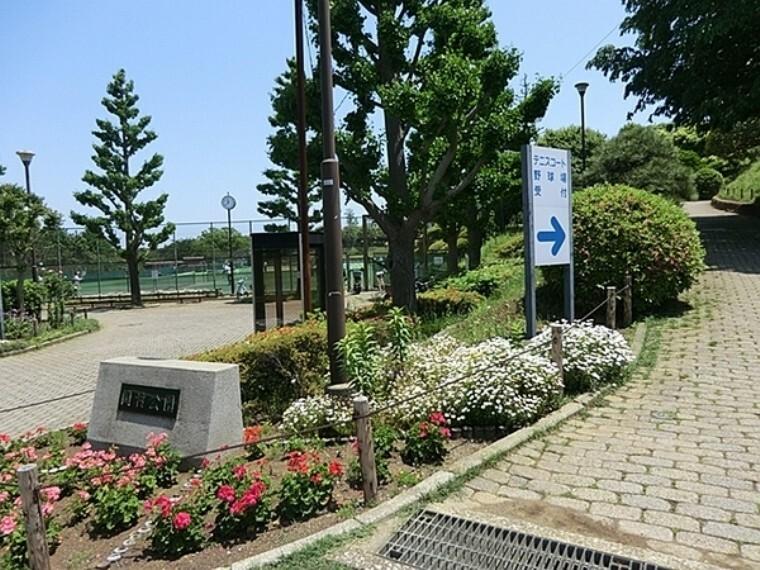 公園 岡村公園 約150本の梅が植えられ、散策路も設けられています。野球場やテニスコートもあり、夜景スポットとしても有名な公園です。
