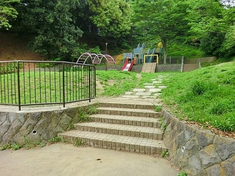 公園 弘明寺公園 春には桜が咲き誇り、たくさんのお花見客で賑わいます。すべり台などの遊具のある広場もあるのでお子様連れで楽しめる公園です。