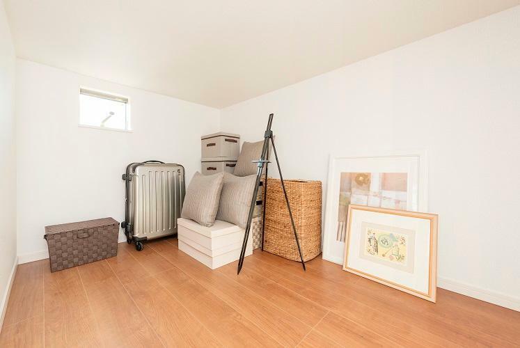 サービス収納(下屋裏収納)(参考写真) オフシーズンの物や家電類などをたっぷり収納できる大容量のサービス収納スペースを確保。プラスアルファの収納空間で居室が広く使えます。(一部の棟を除く。形状、大きさは棟により異なります。)