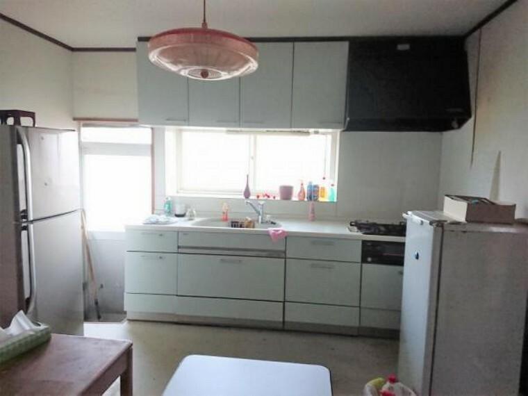 居間・リビング 【リフォーム前】既存のキッチンの写真です。リフォームにより間取りを変更し対面式のキッチンにする計画です。