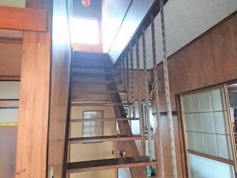 現況写真 【リフォーム前】玄関正面の階段登り口です。