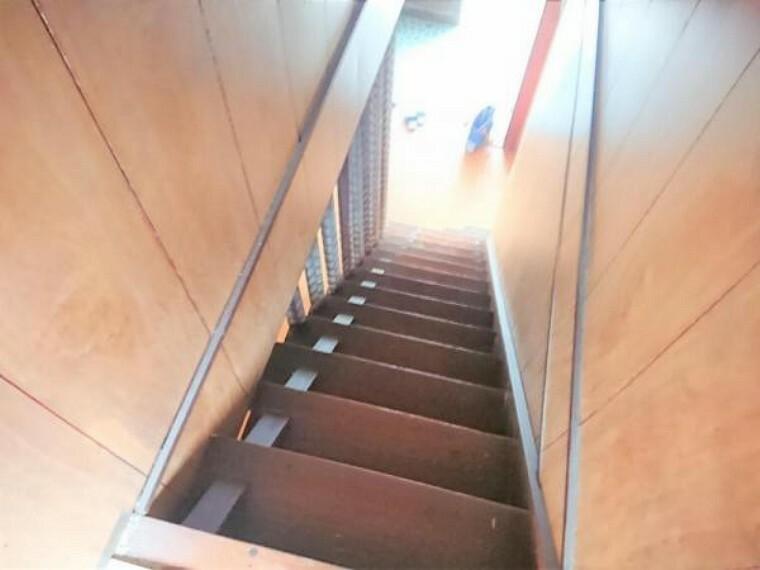 現況写真 【リフォーム前】階段を2階から見た写真です。直線階段なので安全性を考え手すりを設置します。