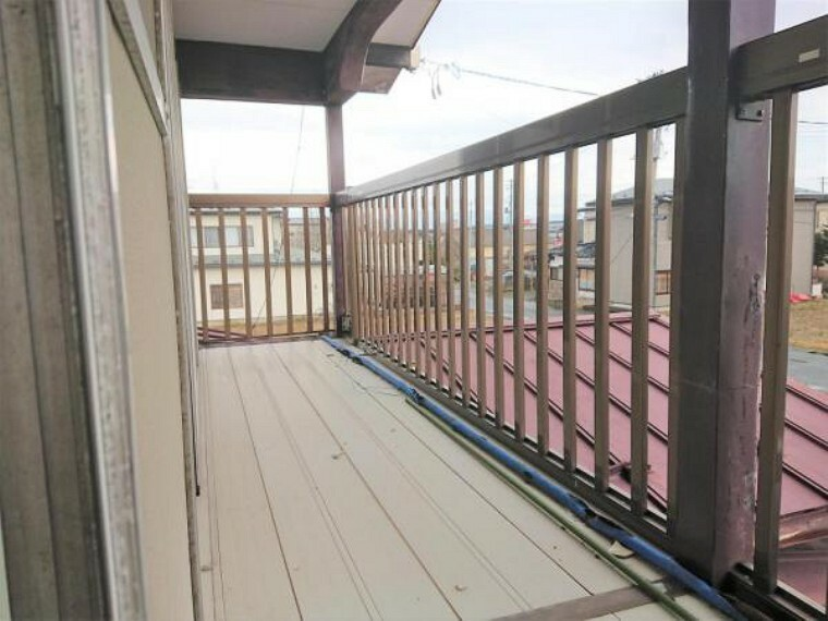 現況写真 【リフォーム前】2階の南側に面したバルコニーです。外壁や屋根まわりまで塗装して綺麗に仕上げていきます。