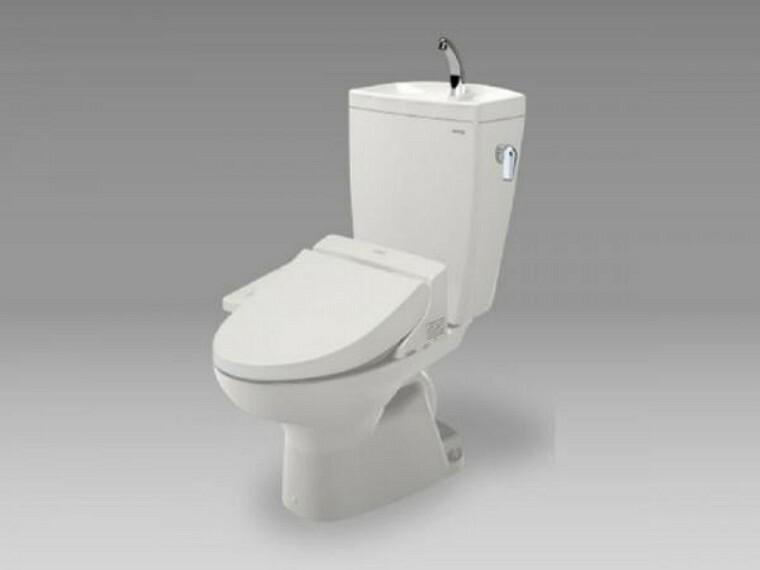 専用部・室内写真 【同仕様写真】トイレはTOTO製の温水洗浄機能付きに新品交換します。表面は凹凸がないため汚れが付きにくく、継ぎ目のない形状でお手入れが簡単です。節水機能付きなのでお財布にも優しいですね。