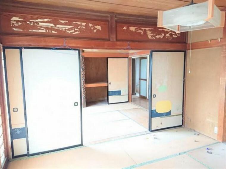 現況写真 【リフォーム中】1階続き間和室です。手前の8帖和室は隣の既存DKとつなげてLDKに変更予定です。奥の和室6帖は洋室へ変更予定です。
