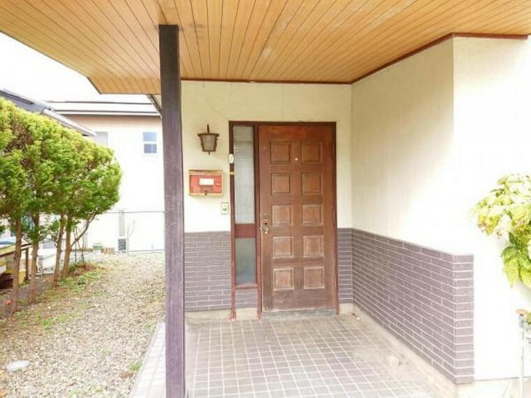 外観写真 【リフォーム中】玄関ポーチです。玄関は新品に交換予定です。玄関が変わると印象ががらっと変わりますよね。