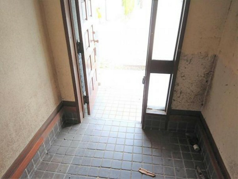 【リフォーム中】玄関です。玄関は拡張予定です。それに伴ってポーチタイルも張替予定です。シューズボックスも新品に交換します。