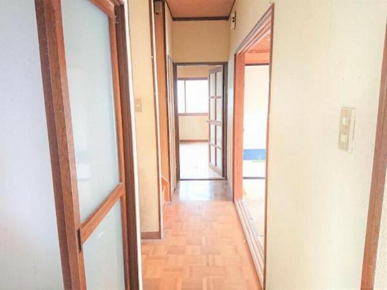 【リフォーム中】1階廊下です。天井と壁のクロスの張替、床もフローリング張替を予定しております。