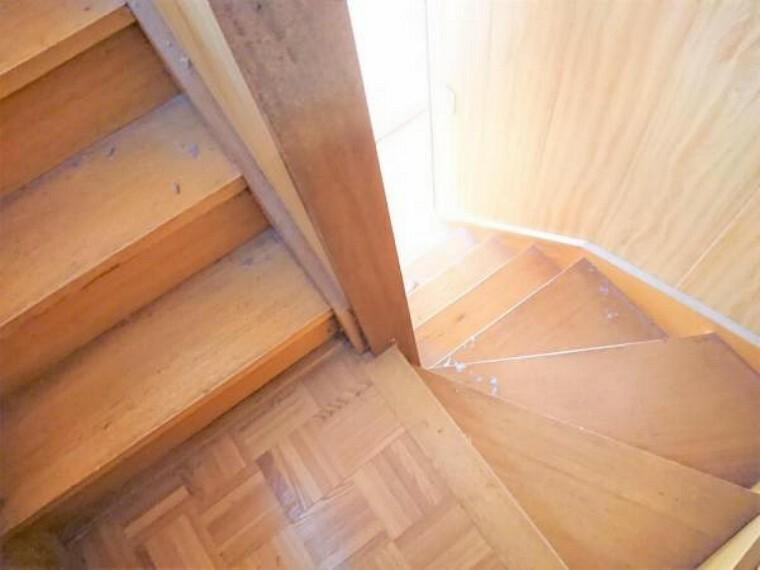 【リフォーム中】階段です。階段は既存構造を生かしつつ、フロア材を新たに重張することで新しくする予定です。