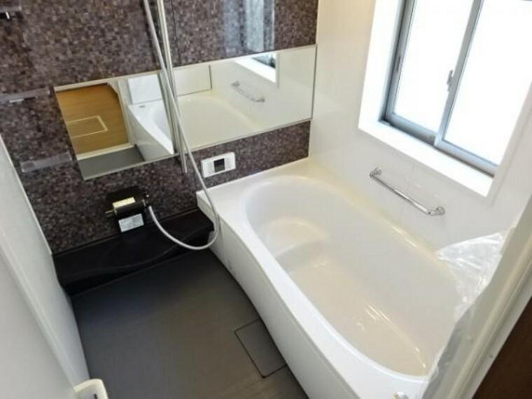同仕様写真(内観) \同仕様写真/温めたお湯の熱を逃しにくい断熱浴槽!半身浴がしやすいベンチ型形状なので、お子様との入浴や、さまざまな入浴スタイルに便利です!