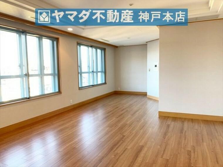 居間・リビング リビングダイニングの広さは約17帖です。東面採光のため朝陽が降り注ぎ気持ちの良いお部屋です。