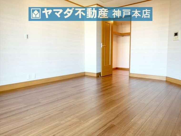 寝室 洋室 約11.3帖。ウォークインクローゼットが付いています。