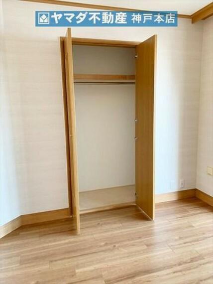 収納 洋室 約6.7帖には収納も付いています。
