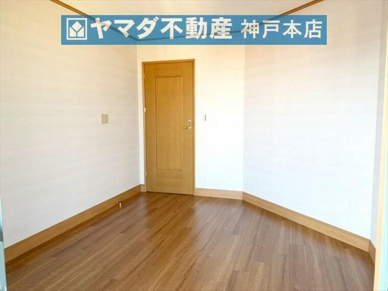 寝室 洋室 約6.7帖。南東向きバルコニーに面しているため陽当り良好です。