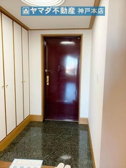 玄関 玄関には天井高のシューズクローゼットが付いています。