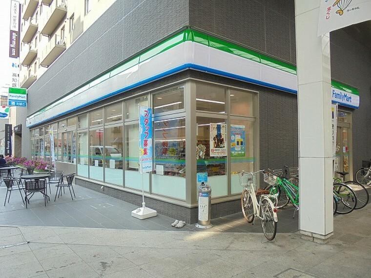 コンビニ 【コンビニエンスストア】ファミリーマート 高知帯屋町店まで387m