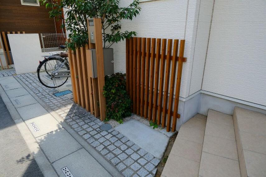 【玄関】木調のフェンス